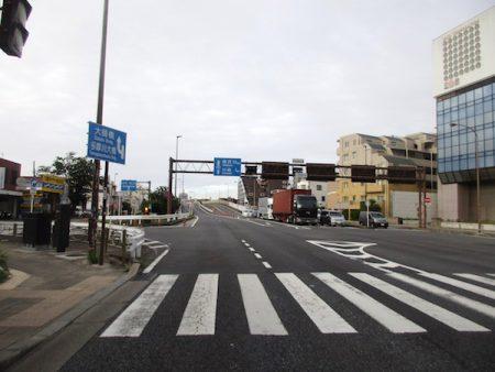 国道15号で多摩川にかかる六郷橋を渡る