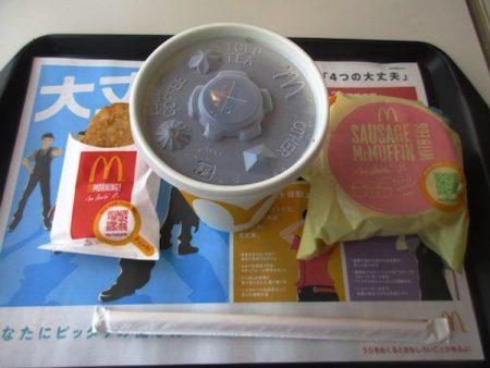 「日本一周」の第1食目。「ソーセージエッグマフィンセット」を食べる