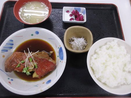 魚市場食堂で昼食。「金目の煮つけ定食」を食べる