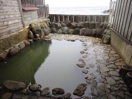 大川温泉の露天風呂「高磯の湯」に入る