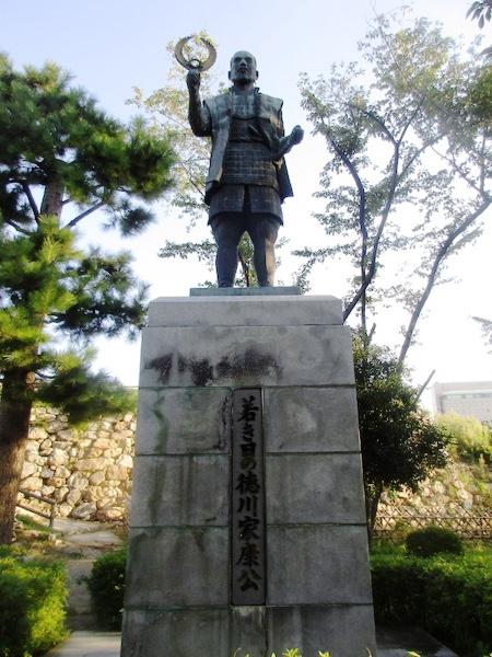 浜松城の徳川家康像