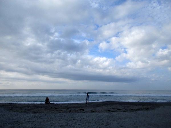 遠州灘の砂浜を歩く
