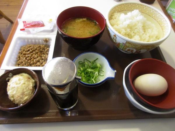 「すき家」の「納豆定食」を食べる