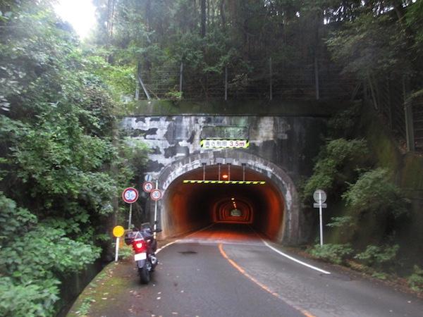 宇津谷峠の大正トンネル。ここには明治、大正、昭和、平成のトンネルがある
