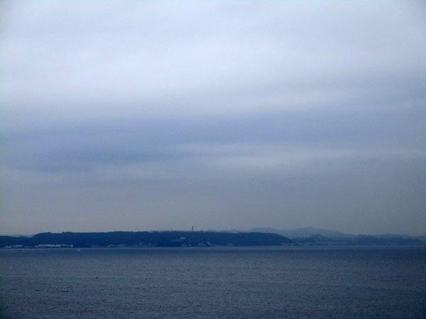 富津岬の展望台から浦賀水道対岸の観音崎を見る