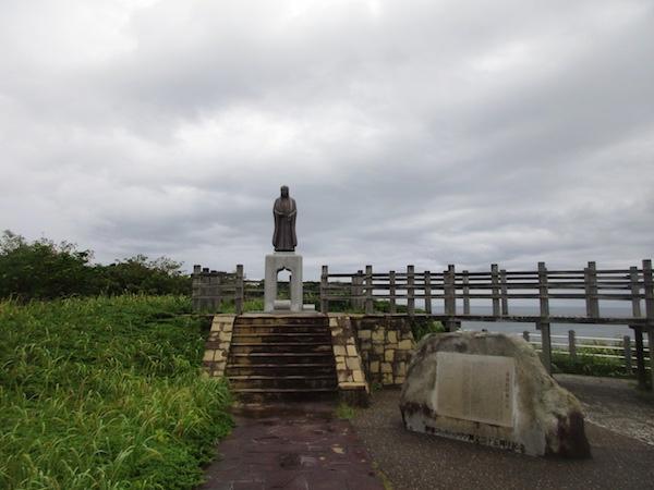 八幡岬の「於萬の方」の像