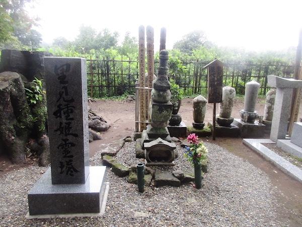 その隣には里見家の種姫の墓。種姫は『里見八犬伝』の主人公、伏姫