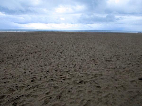 御宿海岸の砂浜を歩く