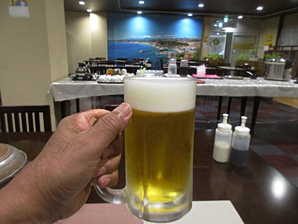 飯岡温泉「潮騒ホテル」の夕食。まずは生ビールを飲み干す