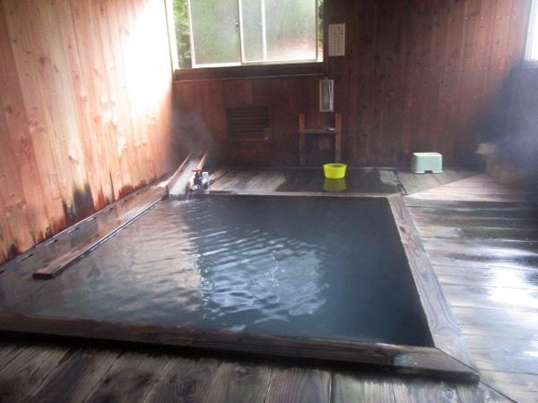 大深温泉の湯に入る。熱い湯!