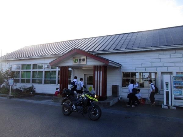 JR八戸線の鮫駅前