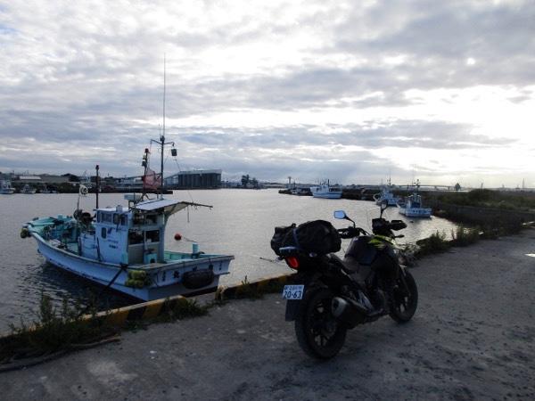八戸漁港のVストローム250