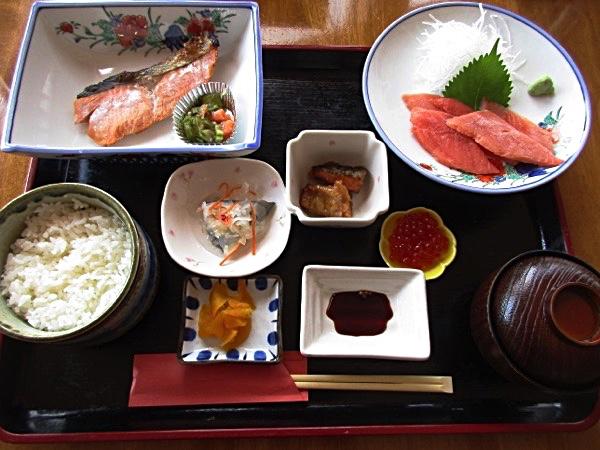 「標津鮭定食」を食べる。サケの塩焼き、刺身(ルイベ)、氷頭なます、イクラと、北海道の「鮭食文化」が凝縮されている