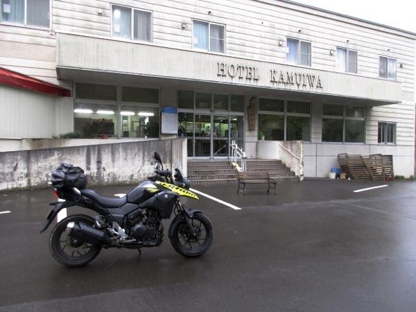 神居岩温泉「ホテル神居岩」を出発。ザーザー降りの雨