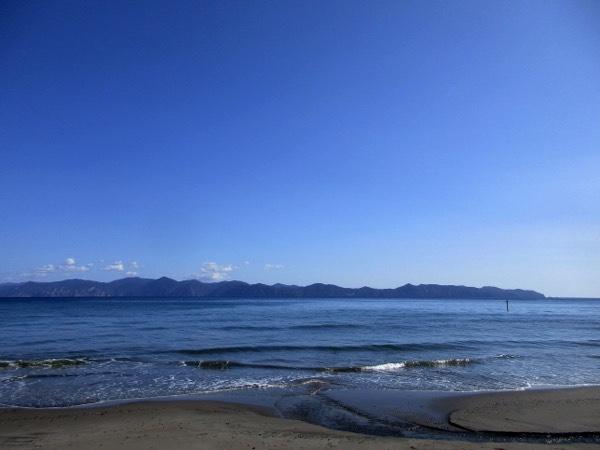 平舘海峡対岸の下北半島を見る