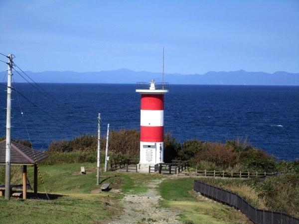高野崎の高野埼灯台。赤白2色の灯台だ