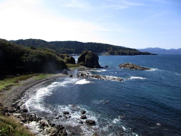 高野崎から西に延びる海岸線を見る