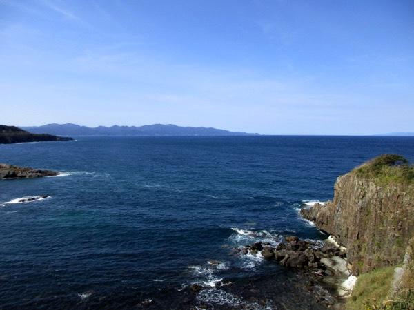 その先端には津軽半島最北端の龍飛崎が見える