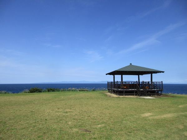 鋳釜崎の展望台。津軽海峡の向こうに北海道が見えている