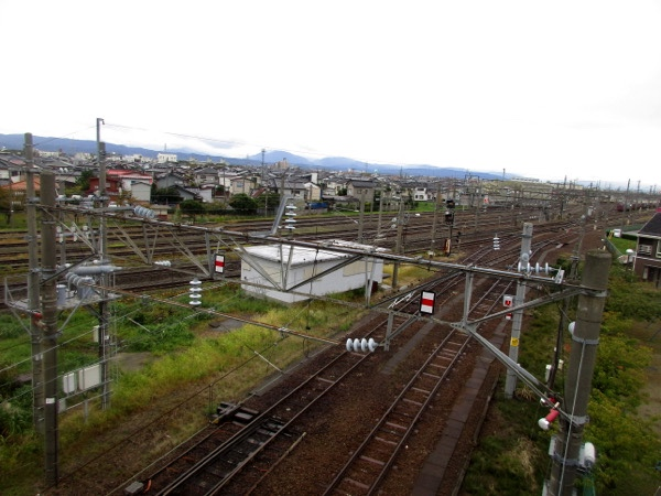 JR羽越本線の線路をまたぐ