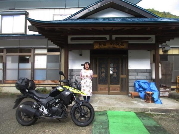 えみ子さんに見送られて木賊温泉の民宿「若松屋」を出発