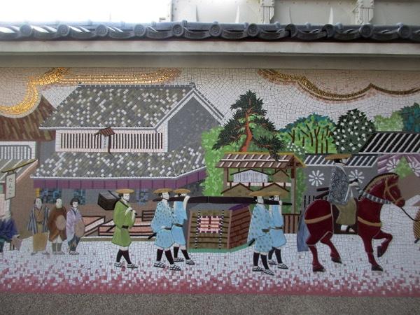蕨宿の「中山道ふれあい広場」。ここには参勤交代の壁画がある