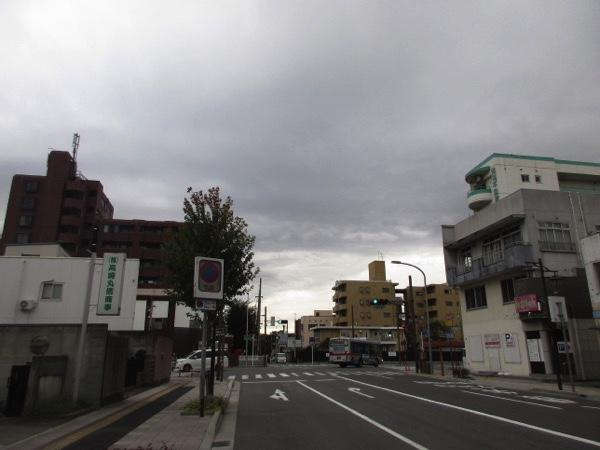 中山道と三国街道の分岐点。中山道は直進し、三国街道は右折する