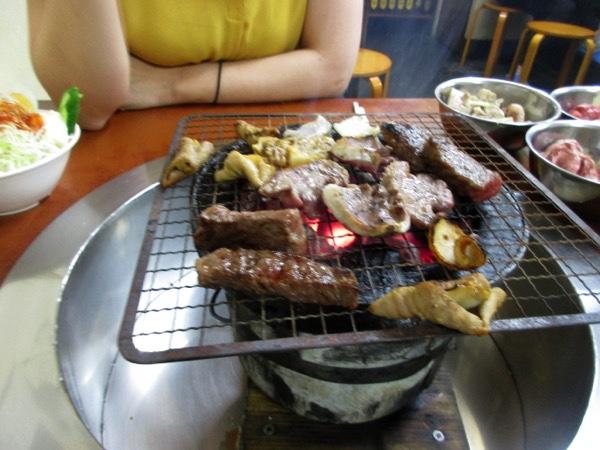 炭火でカルビやロース、ガツ、ハツ、ホルモンを焼く。この炭火焼きの焼肉は超うまい!