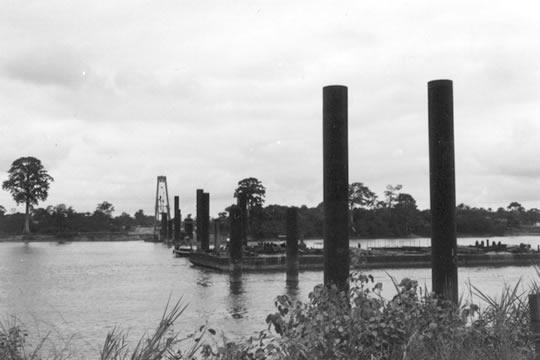 オグエ川にかかる橋を建設中
