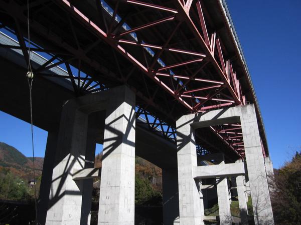 中央道の橋脚の下をくぐり抜けていく