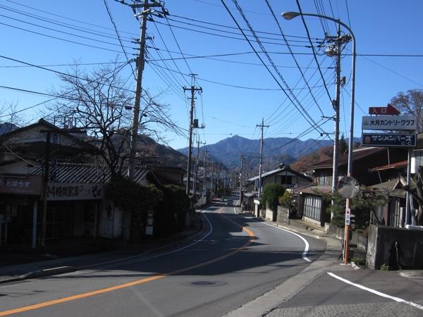 ここが鳥沢宿の旧甲州街道と国道20号の合流地点