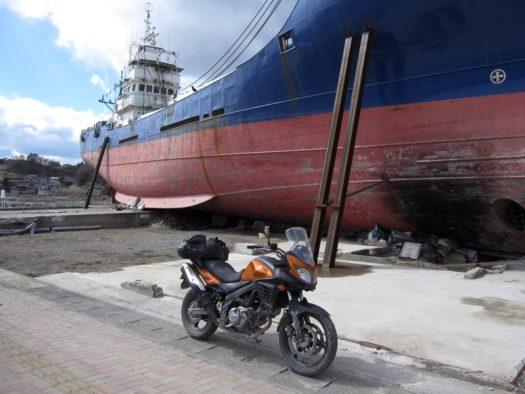 気仙沼の乗り上げ船はひときわ目立った。。3・11から1年たっても撤去されずに残っていた