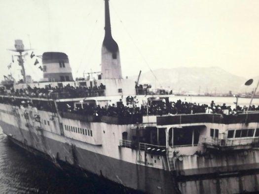 青森駅の通路に貼られた青函連絡船の写真