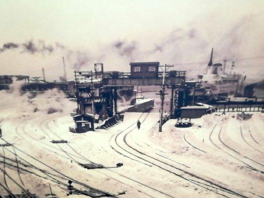 青森駅の通路に貼られた青森駅構内の写真