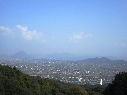 金刀比羅宮の本宮からの眺め。左手に讃岐富士が見えている