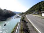 吉野川の流れに沿って走る